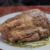 七輪焼肉や一品料理を1人気ままに味わう