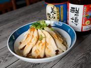蒸した鶏胸肉にオリジナルのタレをかけた『よだれ鶏』はさっぱりとした味わいです。葱やラー油を使ったタレのほどよい酸味と辛みが食欲をそそります。沖縄県産の鶏肉も店のこだわりです。