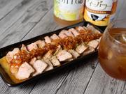 沖縄県酸の豚肉をじっくりと低温調理した『ローストポーク』は柔らかな食感と芳醇な旨みが特徴。玉葱やバルサミコ酢を使った自家製オニオンドレッシングが豚の甘みを引き立てます。