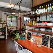 ドリンクはボトルキープOK。北海道産魚介や燻製を肴に一杯