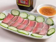 「那覇の台所」である牧志公設市場2階にあるからこそ提供できる人気メニュー。新鮮なヤギの肉を刺身で味わえる逸品です。ぜひ一度賞味あれ。