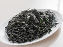 生臭さがなく、ほんのりとした海鮮の味。沖縄そばを使用した『イカ墨焼きそば』