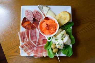多彩なタパス料理をこの一皿で『前菜盛り合わせ』(価格は1人前、注文は1人前~)
