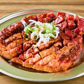 塊肉のままで提供されるので、肉汁や旨みを逃さず焼き上げることができる『辛くて大っきいハラミ』