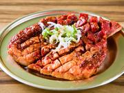 大きなサイズのハラミの両面を焼いて、自分で食べやすい大きさにカットしていただきます。もみだれは「KAKIグループ」のタレに、辛味を加えてブレンドした特製品で、辛さのランクは並、中、超から選べます。