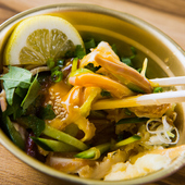 鮮度が抜群だから、刺身も美味。おろしポン酢とたっぷり薬味でさっぱりいただける『スタミナばくだん刺』