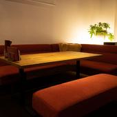 スタイリッシュなテーブル席や、エレガントなソファー席を用意