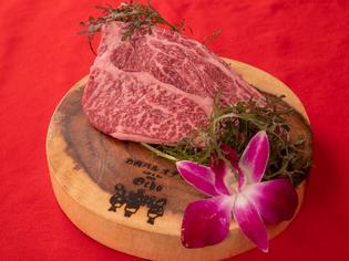 美しいサシの入った品質のよい牛肉「飛騨牛の肩ロース」