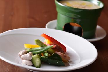 シェフこだわりのソースとともに食す『秦野産有機野菜のバーニャカウダ 温製/冷製』