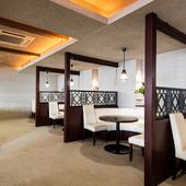 ラウンジのような優雅なムード漂う、2階のテーブル席