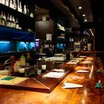鉄板を囲むL字型のカウンター席は、少人数の接待や会食にもぴったり。店主の華麗なパフォーマンスが、ビジネスシーンを楽しく演出します。高級食材を盛り込んだコースがおすすめです。