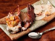 しっかり身が締まったオマール海老は、上品な甘みがあって程よい歯ごたえ。水槽から取り出してすぐ調理するので、新鮮そのものです。クリーム系とトマト系の2種類のソースでどうぞ。