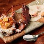活きの良いオマール海老を、手早くさばいて豪快に調理。冬はきのこ、夏は魚介など、季節の素材を使ったソースにも手間をかけています。写真はポルチーニ茸のクリームソース、トマトときのこのソースの2種類。