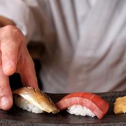 メニューは、店主が厳選したネタを使った寿司を堪能できる『おまかせコース』のみ。落ち着いた空間で、寿司とお酒が楽しめ、日ごろの疲れを癒やしたい時にオススメです。