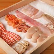 仲買人に直接話を聞き、自らの目で見て選ぶこだわりの魚介。それぞれの魚介に合わせて寝かせたり、熟成させたりという処理をして、その旨味を引き出してくれます。魚は寝かせて、貝は新鮮なものを提供。