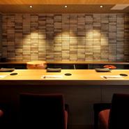 岐阜市でも有数の繁華街にほど近い好立地。カウンター8席のみのプレミアムな空間で、選りすぐりのネタを使った寿司でのおもてなしができ、接待などのビジネスシーンにも重宝します。