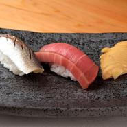 一つ一つ丁寧に仕込み、寝かす、熟成など肴に合った処理をし、味をつけて仕上げられる、江戸前の仕事を施した寿司。煮切り醤油・いり酒・塩から、ネタに合った味をつけて一貫ずつ提供されます。