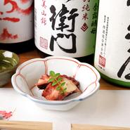 しっかりと時間をかけて煮ることで、とても柔らかい食感に仕立てた逸品。蛸とは思えない、驚きの柔らかさです。小鉢で提供される、コースの定番品。お酒との相性も抜群です。