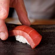 料理人が自らの目で見て厳選し、仲買人に提供してもらうというこだわりの鮪が絶品。適正な温度管理の下、寝かせることで、食感、香り、色が変化し、旨味が増します。