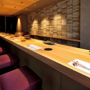 ヒノキのカウンターのみ8席という、洗練されたプレミアムな空間で味わう極上の寿司。接待、記念日利用など、大切なシーンで使いたい、とっておきの寿司店です。