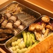 旬を迎え旨みの増した魚介4種、定番人気の才巻海老、旬菜5種の天ぷらがメイン。揚げたての逸品で季節を味わいます。才巻海老の天ぷらも3本入ってボリューム感もあるぜいたくコース。