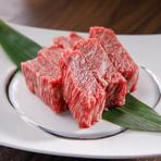 60年以上続く精肉店が運営している【焼肉 安福本店】。日本の和牛ブランド「飛騨牛」や冷凍していない「生タン」など、上質な肉を提供しています。卸直営だからこそできるリーズナブルな値段も嬉しいポイントです。