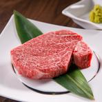 まずはわさびをつけて、その後自家製タレをつけて食せば、2パターンの食べ方が楽しめます。口の中でとろけていく滑らかな食感、芳醇な香り、濃厚な肉の味のトリコになりそうです。