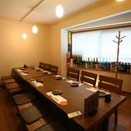 周りを気にせず、ゆったりと過ごせるボックス席はデートや女子会に好適です。2階には6名~14名まで利用可能なプライベート空間があり、貸し切りでの宴会が楽しめます。