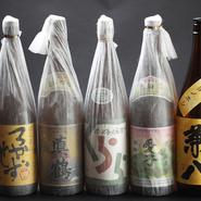 九州の地酒を中心に、特約店のみで提供している限定酒や特別な日に相応しい上質な銘柄を取り揃えています。日本酒は12種類、ウイスキーは30種類と、幅広いラインナップも魅力です。