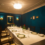 ノーブルなブルーの壁が印象的な個室は、8名まで利用可能。接待はもちろん、顔合わせなどのお祝い事にも使える、貴賓室を再現した格式高い空間となっています。