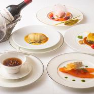 贅沢な食材をふんだんに使い、手間暇を惜しまずにつくられた料理が並ぶコースが人気。クラシックなメニューが並び、伝統の味を心ゆくまで堪能できます。