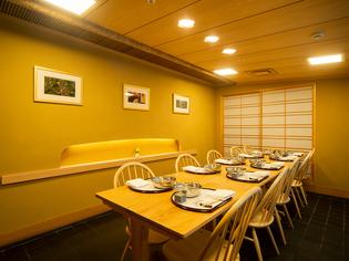 カウンター以外の席でも味わえる、揚げたての天ぷら