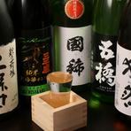 地元北海道の『男山 国芳乃名取酒』や『国稀』の他、日本各地の銘酒を取り揃え、また、日によって変わる酒も用意。焼酎も豊富なのも嬉しいところ。ビールにサワーなど好みの酒で寛げます。