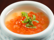 北海道の海の幸でもあるいくらをたっぷりと盛り付けた茶碗蒸し。卵のまろやかな甘みとだしの優しい味がいくらの塩味と合い、好相性です。お酒のアテにもオススメの一品です。