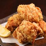 北海道のブランド鶏「桜姫」のモモ肉を塩ベースの秘伝のタレに4時間、じっくりと漬け込んだから揚げは、柔らかくてジューシー。揚げたてをかぶりつくごとに肉汁があふれます。