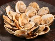 蛤の産地として知られる三重県桑名産のものを直接仕入れ、一つ一つ丁寧に炭火で焼き上げています。提供する直前に回しかけただしとギュッと凝縮された熱々の蛤の旨みが一体となって広がります。