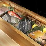 カウンターのケースにずらりと並べられた新鮮魚介に目が奪われます。毎朝、料理人が豊洲市場へ出向き、目利きで仕入れる旬の素材をオススメの料理で堪能するのは至福の瞬間です。