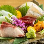 歌舞伎町という日本屈指の繁華街の中にしっとりと佇む【和モダン個室 月桜】。程よい距離感が心地よい、洗練されたサービスとプライベート空間がのんびりとした時間を紡ぎます。