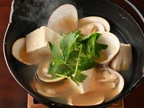 はまぐり出汁がしみ込んだ豆腐にうなる『活はまぐり湯豆腐』
