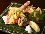 小麦粉を全く使用しない、100%グルテンフリーの天ぷら。3種の米粉をブレンドした衣をつけて、旬菜、魚介、肉を揚げ、サクサク軽い食感に仕上げます。ヘルシーでおいしい看板メニュー。