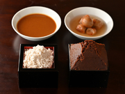煎り酒(いりざけ。写真右奥)、煮抜き(にぬき。左奥)、米酢、酒粕、糀(手前左)、米味噌(手前右)などの伝統調味料で、素材の持ち味を活かしたメニューをバラエティ豊かに提供中です。