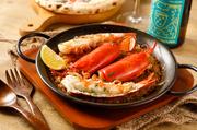 魚介の旨みをたっぷり含んだサフランライスに、オマール海老1尾を贅沢にトッピング。風味豊かで豪快な一皿はテーブルを華やかに彩ります。友人とシェアして食べるのがオススメ。