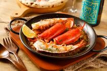 シェアして食べたい、豪快で贅沢な『オマール海老のパエリア』