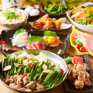 メインの鍋料理は「水炊き鍋orもつ鍋orとろろ鍋」の3種類の中から選択可能。野菜もたっぷり食べられることが出来、「鮮魚のお刺身」や肉料理もセットになっています。