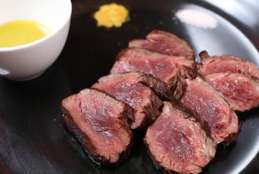 だんとつのオーダー率を誇る『アンガス牛サガリ 炭火焼きステーキ』わさびソース