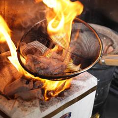 独自の手法で1000℃の炎で一気に炭火で炙った鶏肉は、しっかりとした炭の香りと歯ごたえ!