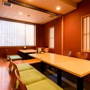 小上がりには4名用と6名用の掘りごたつ席が、計2卓あります。つなげて使う場合は、個室としても利用可能なので、ちょっとした宴会や接待、家族そろっての大切な日の会食などにもぴったりです。