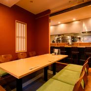 ベンガラ色を基調とした内装は、シンプルなデザインでまとめられているので、とてもシックで落ち着いた印象。木材も多く使っているので、温もりも感じられ、つい長居したくなるような空間になっています。