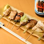 焼き鳥は地元・石川県産の新鮮な鶏肉を毎朝仕入れ、一本ずつ丁寧に仕込んでいます。部位ごとに適した下処理と火入れで旨みを逃しません。甘めのタレは以前修業していた店から譲り受け、継ぎ足している自家製です。