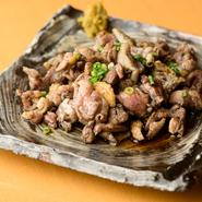 宮崎直送の「赤鶏」のもも肉を、高温の炭火で一気に炙ることで、旨みや肉汁をとじこめ、炭の香りをまとわせています。醤油ベースの少し甘めの自家製ダレが、ジューシーな肉のおいしさをより引き立ててくれます。